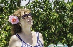 Frau, die im Pool sich entspannt Nahaufnahme, Porträt Stockfotos