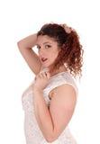 Frau, die im Profil in einem Porträt steht Stockbilder