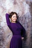 Frau, die im purpurroten Kleid aufwirft stockbilder