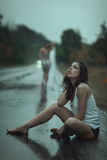 Frau, die im Regen leidet Stockfoto
