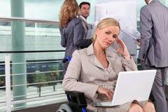 Frau, die im Rollstuhl denkt Stockfotografie