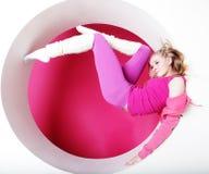 Frau, die im rosafarbenen Kreis aufwirft Lizenzfreie Stockfotografie