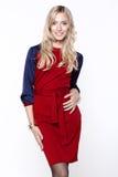 Frau, die im roten und blauen Kleid aufwirft Lizenzfreie Stockfotografie