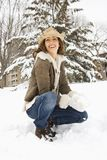 Frau, die im Schnee lächelt. lizenzfreie stockfotografie