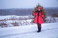 Frau, die im Schnee zeigt Stockfoto