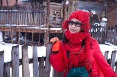 Frau, die im Schnee zeigt Lizenzfreie Stockbilder