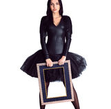 Frau, die im schwarzen Kleid hält Bilderrahmen trägt Stockfotos