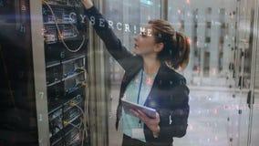 Frau, die im Server-Raum arbeitet stock video footage