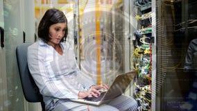 Frau, die im Server-Raum arbeitet stock footage
