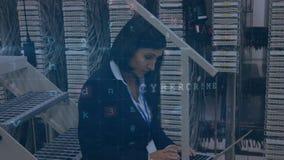 Frau, die im Serverraum mit bewegenden Datensicherheitsmitteilungen arbeitet stock video