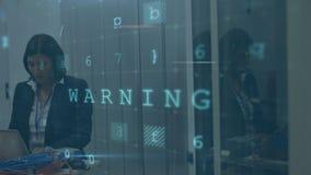 Frau, die im Serverraum mit bewegenden Datensicherheitsmitteilungen arbeitet stock footage