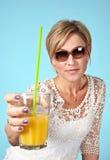 Frau, die im Sommer sitzt auf dem Boden mit einem Glas I sich entspannt Lizenzfreies Stockfoto