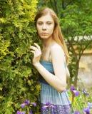 Frau, die im Sommerpark aufwirft Stockfotos