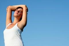 Frau, die im Sonnenlicht ausdehnt Stockfoto