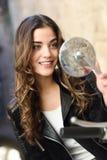 Frau, die im Spiegel eines Motorrads schaut stockbilder