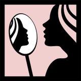 Frau, die im Spiegel schaut Lizenzfreies Stockfoto