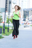 Frau, die im Stadtstraßenpark rüttelt. Lizenzfreie Stockfotografie