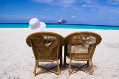 Frau, die im Strand sitzt stockbild