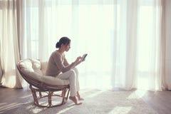 Frau, die im Stuhl sich entspannt lizenzfreie stockfotos