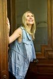 Frau, die im Türrahmen steht und oben schaut Lizenzfreie Stockfotos
