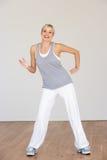 Frau, die im Tanz-Studio trainiert lizenzfreies stockfoto