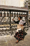 Frau, die im tempel in Katmandu betet Lizenzfreie Stockbilder