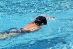 Frau, die im transparenten Wasser am BADEKURORT swiiming ist Lizenzfreie Stockbilder