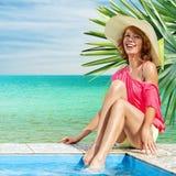 Frau, die im tropischen Erholungsort sich entspannt Lizenzfreies Stockbild