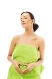 Frau, die im Tuch, Herzform machend sitzt Stockfotos