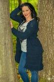 Frau, die im Wald aufwirft Lizenzfreie Stockfotografie