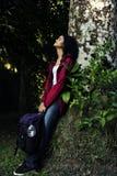 Frau, die im Wald sich entspannt Stockbild