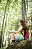 Frau, die im Wald sich entspannt Lizenzfreie Stockfotos