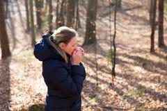 Frau, die im Wald steht Stockfoto