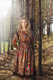 Frau, die im Wald unter den Bäumen in der Natur geht Stockbild