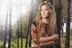 Frau, die im Wald unter den Bäumen in der Natur geht Stockfotos
