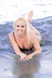 Frau, die im Wasser liegt Lizenzfreies Stockbild