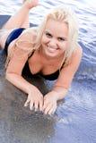 Frau, die im Wasser liegt Stockfotografie