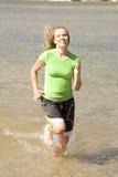 Frau, die im Wasser rüttelt Stockfotos