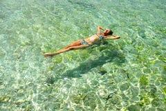 Frau, die im Wasser sich entspannt. Lizenzfreie Stockfotos