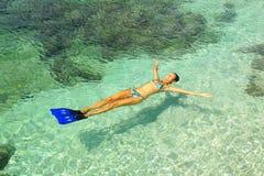 Frau, die im Wasser sich entspannt. Lizenzfreies Stockfoto