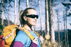 Frau, die im Winterherbstwald wandert Stockfoto