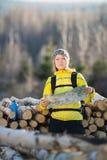 Frau, die im Winterwald wandert Stockfotografie