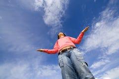 Frau, die im Yoga meditiert Lizenzfreie Stockbilder