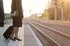 Frau, die im Zug eine Station des Zugs wartet Lizenzfreie Stockfotografie