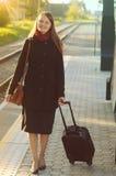 Frau, die im Zug Station geht Stockfoto