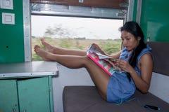 Frau, die im Zug stillsteht Stockbild