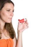 Frau, die Inhalator verwendet Lizenzfreie Stockfotografie