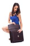 Frau, die innerhalb eines Aktenkoffers schaut lizenzfreie stockfotografie