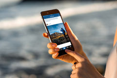 Frau, die Instagram-Nachrichten mit neuem iPhone aufpasst Stockfotos