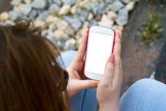 Frau, die intelligentes Telefon anhält Lizenzfreie Stockfotografie